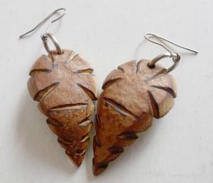 Aretes hechos con la madera de la cápsula (fruto) de la pochota.